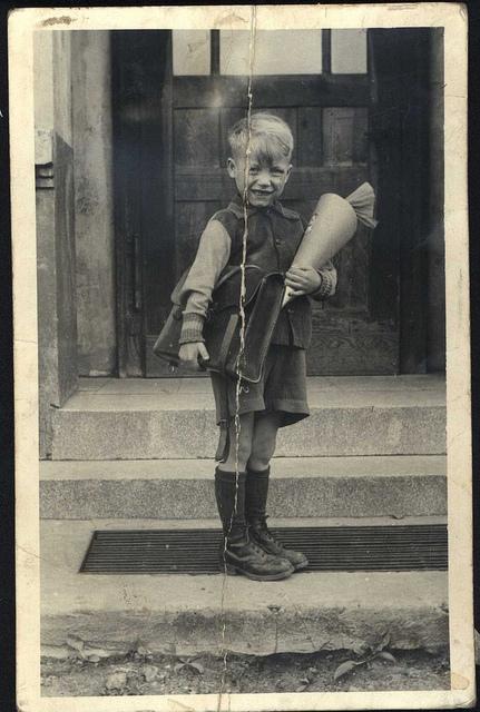 ein altes foto von einem jungen mit schultüte